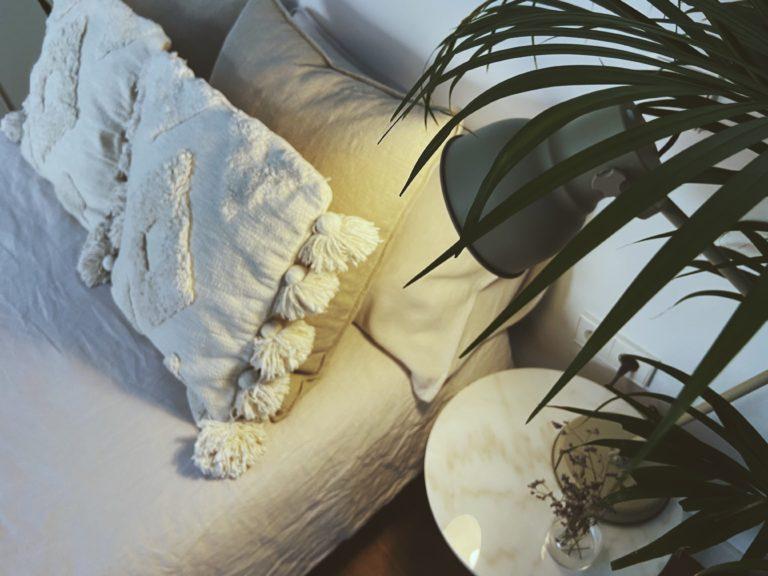 cama y lampara