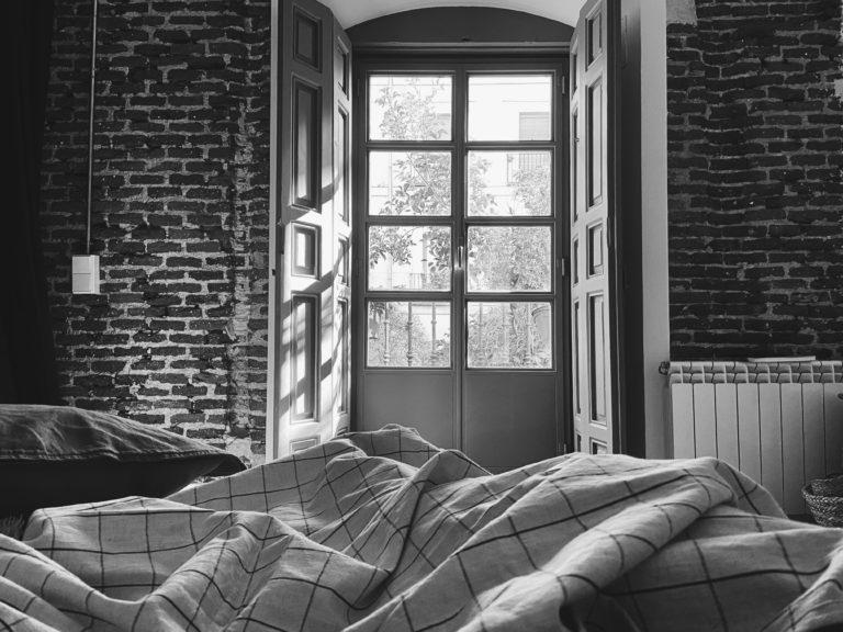 vista de una ventana desde la cama