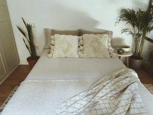 colchon en una cama en una habitacion bonita