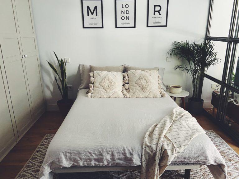 cama doble en el dormitorio