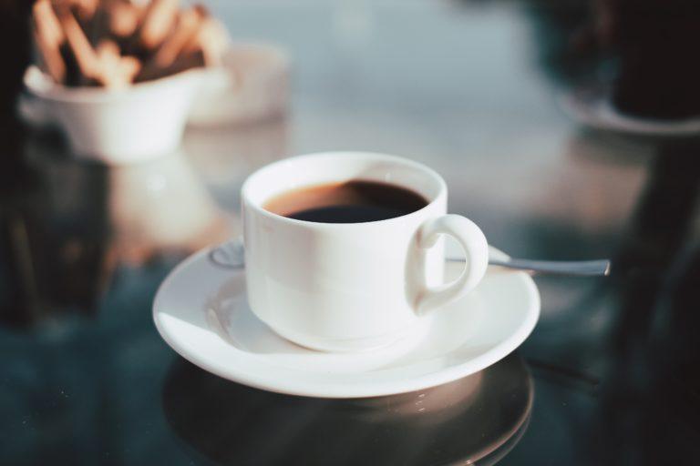 un cafe en una mesa