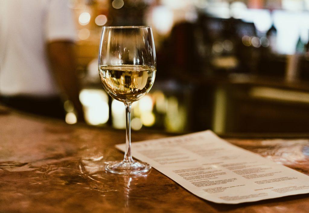 una copa de vino blanco