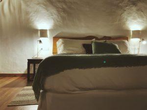 cama en una habitacion oscura