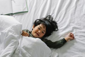 nino en la cama
