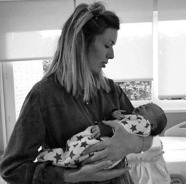 polly reveliente con un bebe