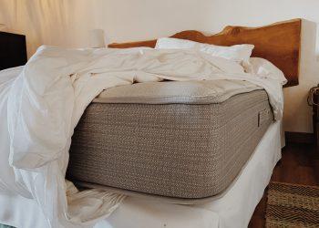 colchon en una cama