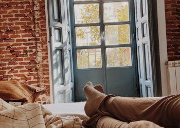 una vista de la puerta desde la cama