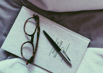 colchon de emma con libro y gafas